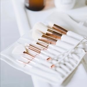 10-piece set of makeup brushes White Rose Causebox